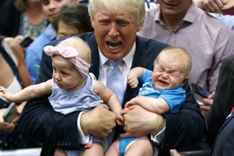 特朗普竞选集会上献吻 吓哭小萌娃