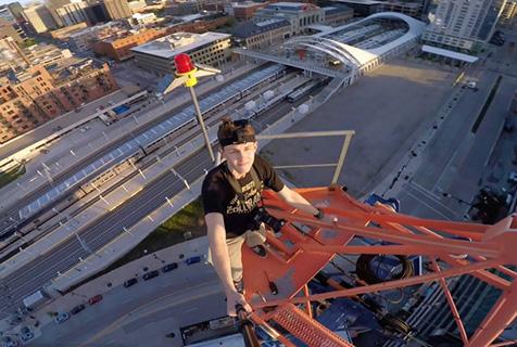 国外少年徒手攀61米高起重机吊臂