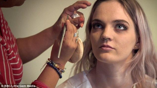 """英女大学生拍片 称""""希望更充实的生活"""""""