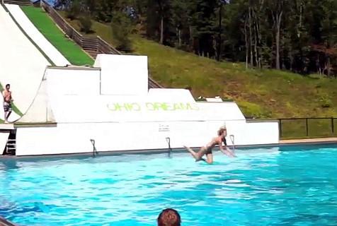 搞笑视频:刺激的飞跃式摔倒