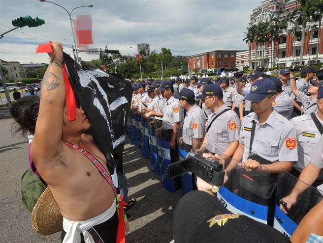 """莱芜论坛:【环球网综合报道】台湾中时电子报8月1日消息,蔡英文1日代表政府向少数民族道歉。活动前,在凯道上抗议的少数民资转型正义同盟成员们挺进到南广场旁的凯道上举布条抗议,高喊""""族群代表加入我们,不要被摸头""""。"""