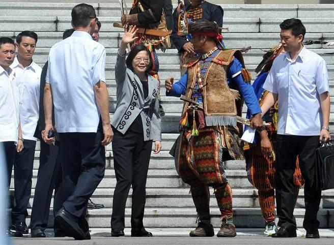 莱芜论坛:蔡英文今日上午穿着有少数民族图腾的外套,迎接少数民族共16族代表;并且也走向正在府前抗议的少数民族,向他们致意。