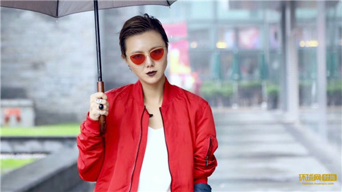 "Lady聊聊时尚圈:她总能吸引一些人,也能让另一些人""逃之夭夭"""