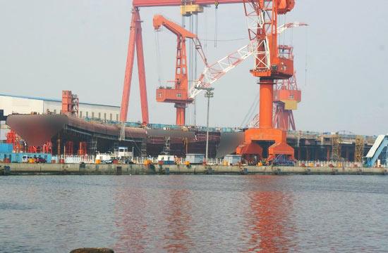 国产航母新照曝光舰体基本成形