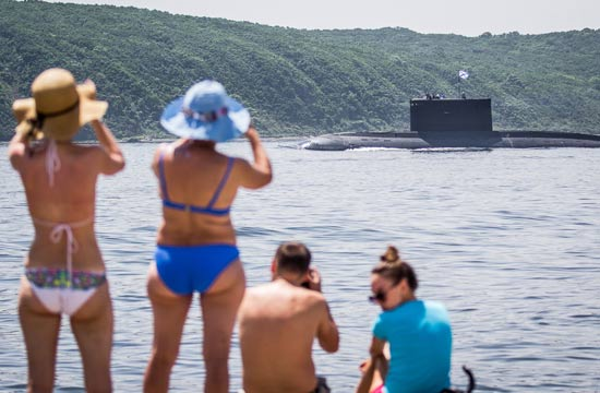俄罗斯美女穿比基尼岸边看军舰