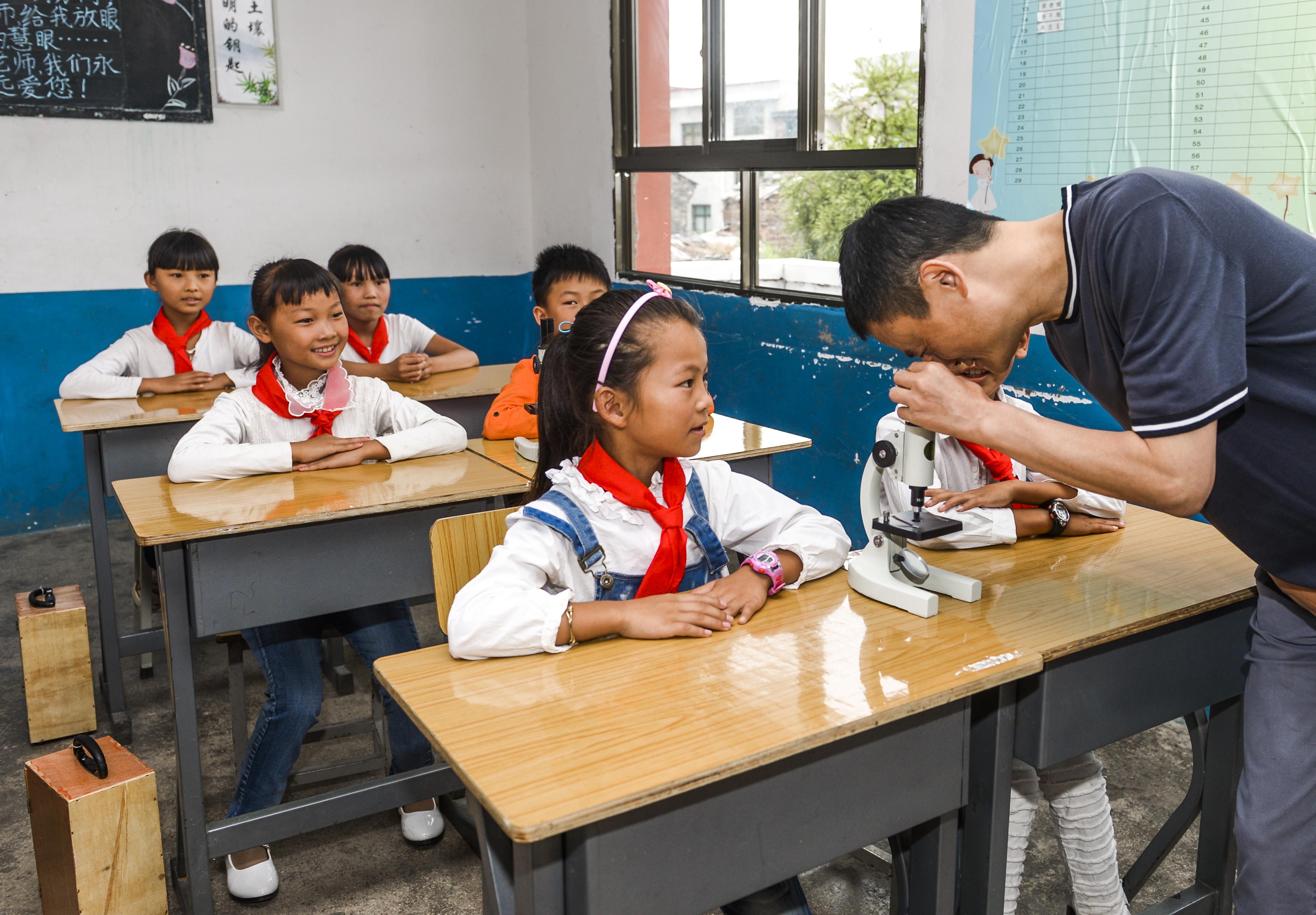 贵州乡村来了一位新老师 马云雨中上课也是拼了