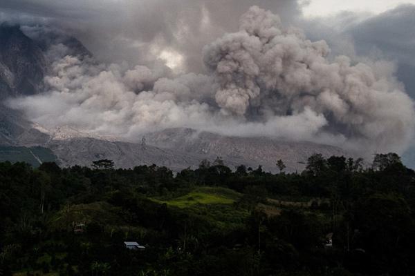 印尼三座火山三日内接连爆发 多架航班受影响