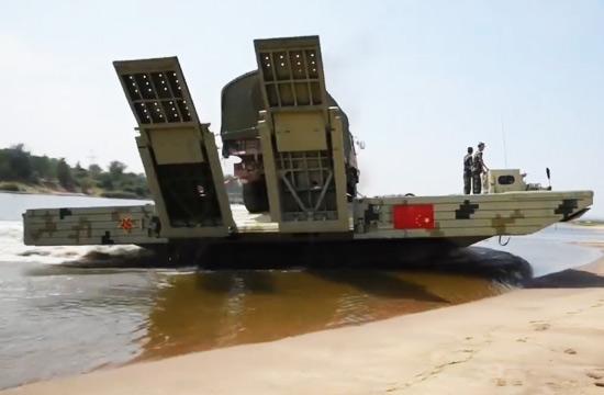 中国重型舟桥车背卡车过河