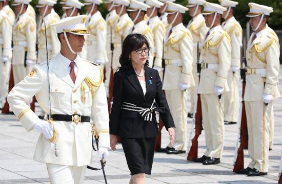 日本新任女防卫大臣检阅自卫队