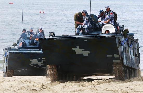 """""""海上登陆""""05式两栖战车显威"""