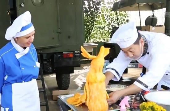 解放军厨师技艺高超把外军看愣