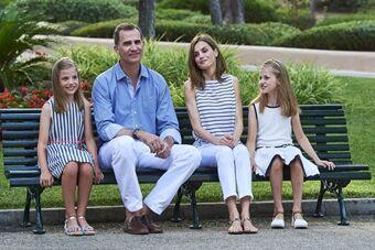 西班牙国王携妻女拍摄唯美全家福