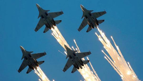 俄罗斯航空飞镖比赛上演飞行秀