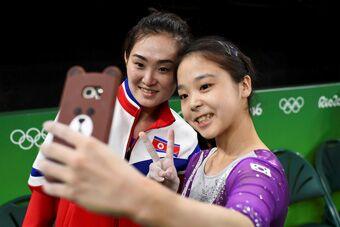 韩国与朝鲜女运动员自拍合影