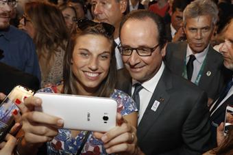 奥朗德慰问法国代表团 自拍参观有点忙