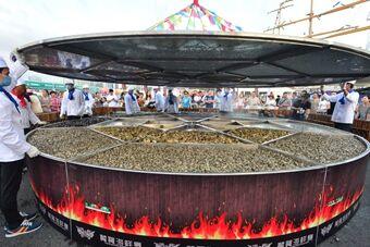 青岛6.6米大锅蒸两吨海鲜宴请千名宾朋