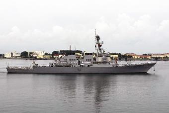 美国海军宙斯盾驱逐舰开进青岛军港