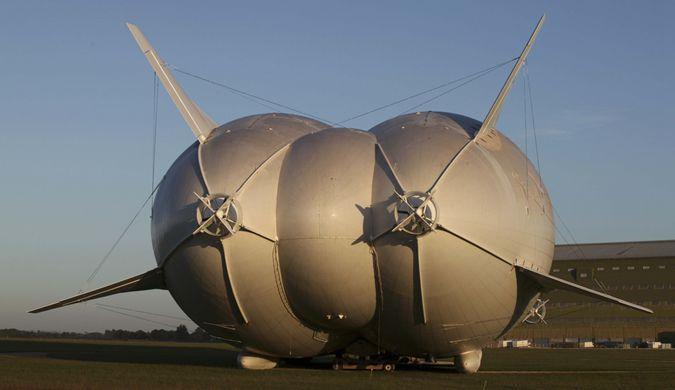 """全球最大飞行器首次户外测试 """"大屁股""""抢镜"""