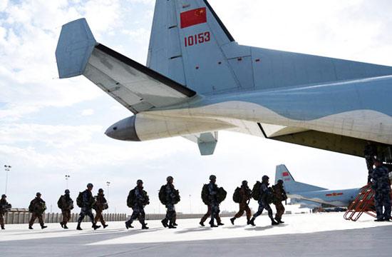 空降兵特种部队在西北高原跳伞