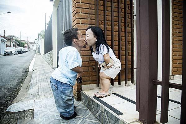 巴西最矮情侣修成正果 身高相加不足1.8米