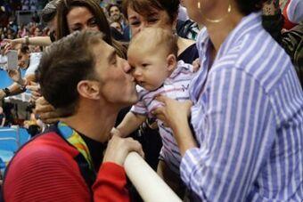 菲尔普斯获21金热泪盈眶 现场亲吻儿子