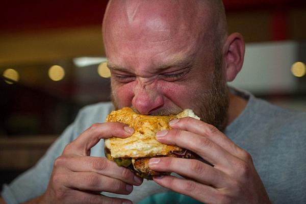 英男子成功挑战全球热量最高汉堡 包含1万卡热量