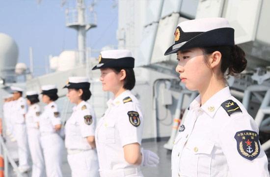 中国海军女舰员站坡英姿飒爽