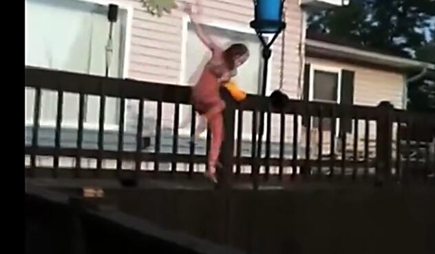春色无边搞笑盘点 :损友!妹子跳水被扯掉泳衣