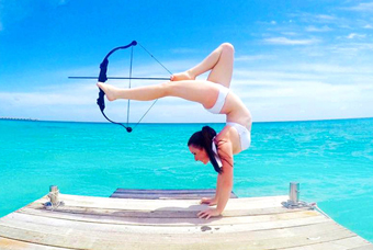 女射手倒立射箭技艺高 美腿弯弓搭箭