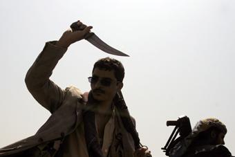 也门民众持刀游行 声援胡塞武装