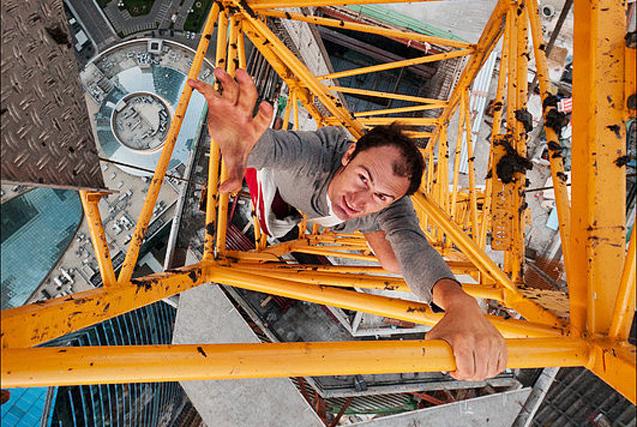 摄影师世界各地徒手爬吊车克服恐高症
