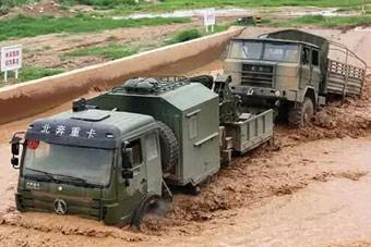 中国军卡背着另一辆卡车过水坑