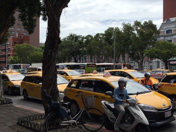 台湾百辆出租车瘫痪道路 抗议当局对Uber态度反复