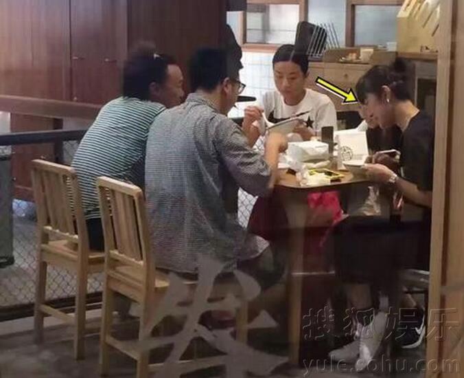 陈奕迅携妻女上海度假 夫妻关怀备至