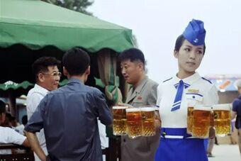 平壤人也撸串喝啤酒?还有美女服务员