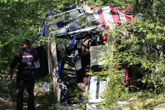 克里米亚一大巴跌落悬崖 致7死15伤