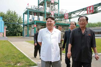 朝鲜最高领导人金正恩视察顺天化工工厂