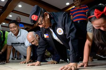 菲88岁前总统发布会上连做10个俯卧撑