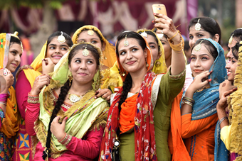 印度女子盛装欢庆提吉节 莎丽美女自拍