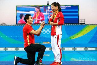 浪漫!秦凯奥运赛场单膝跪地向何姿求婚