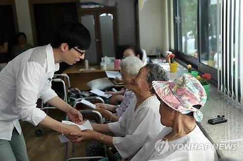 韩名嘴刘在石再为慰安妇受害者捐款30万元