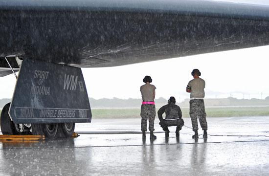 B-2在关岛露天停放遭日晒雨淋
