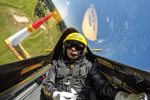 惊险!英特技飞行员驾飞机空中翻转引赞叹