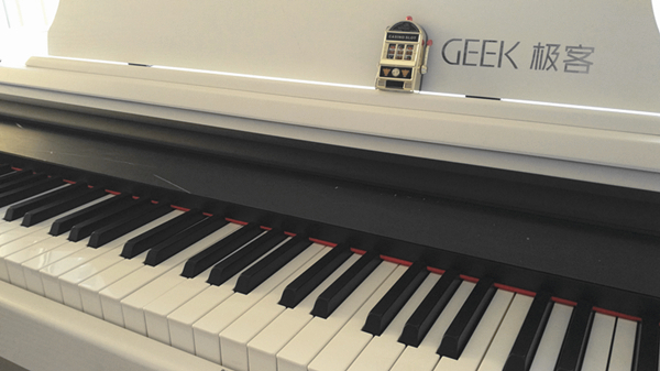 GEEK智能钢琴初体验:不会五线谱也要弹钢琴?