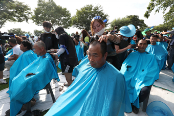 韩民众举行剃发抗议 要求取消萨德部署