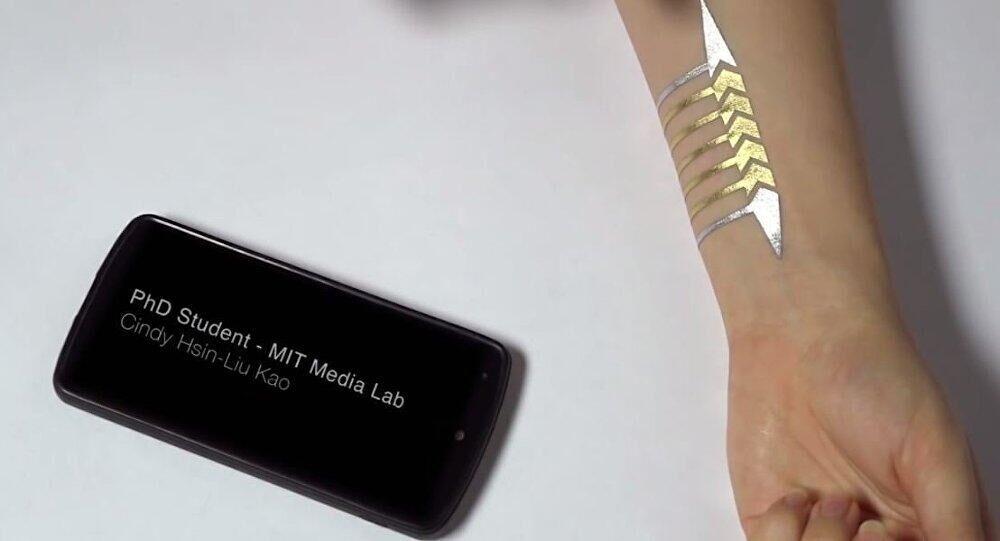 华裔女博士发明临时纹身 可控制智能手机