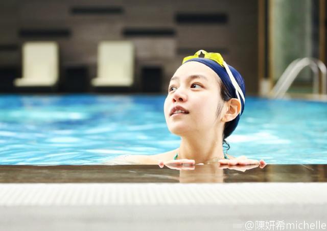 陈妍希挺孕肚游泳 素颜卖萌肤如凝脂