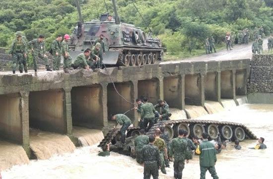 台军坦克翻入河底3名士兵死亡