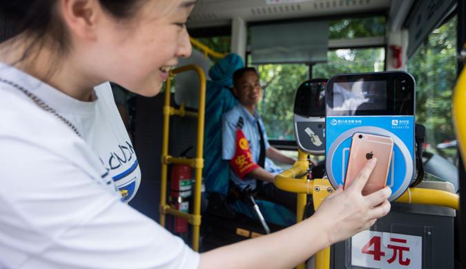 中国首条利用支付宝乘坐公交线路在杭州开通