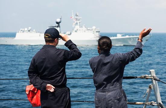 美军舰员朝对面中国054A舰招手